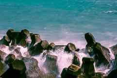 Vaggar längs segla utmed kusten Royaltyfri Bild
