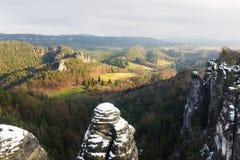 Vaggar nära den berömda Basteien i schweizaren Sachsen Royaltyfri Fotografi