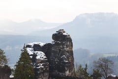 Vaggar nära den berömda Basteien i schweizaren Sachsen Royaltyfri Foto