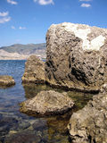 Vaggar och berg på kusten, haven, Arkivbild