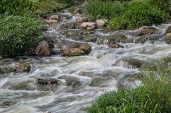Vaggar och flödande flodvatten Fotografering för Bildbyråer