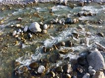 Vaggar och floden i en vintereftermiddag arkivfoto