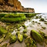 Vaggar och klippor av Porto de Mos Beach i morgonen, Lagos Royaltyfri Fotografi