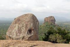 Vaggar och Sigiriya - lejonet att vagga, som sett från Pidurangala Ro royaltyfri bild