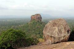 Vaggar och Sigiriya - lejonet att vagga, som sett från Pidurangala Ro royaltyfri fotografi
