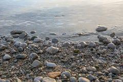 Vaggar och stenar som en bakgrund Arkivfoton