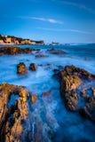 Vaggar och tidvattentips på skymning, på lilla Corona Beach Arkivbilder