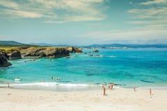 Vaggar på den atlantiska kusten i solig dag spain royaltyfria foton