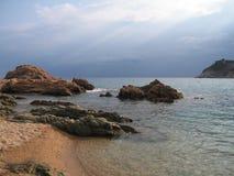 Vaggar på en härlig strand för regn Tossa de Mar Costa Brava (Spanien) Royaltyfri Bild