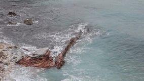 Vaggar på havet i Montenegro Lös strand för stenig kust Dangero stock video