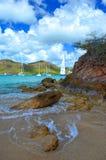 Vaggar, vågor & yachter, den Falmouth hamnen, Antigua, västra Indies arkivfoto