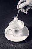 Vagliare zucchero nella tazza Fotografia Stock Libera da Diritti