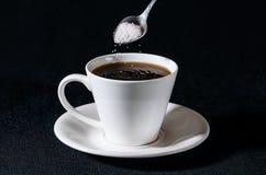 Vagliare zucchero nella tazza Immagine Stock Libera da Diritti