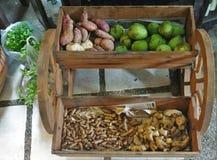 Vagn av frukter och grönsaker arkivbild