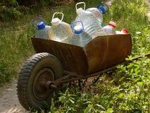 Vagn av vattenflaskor Arkivfoto