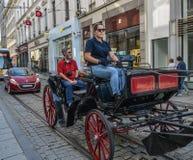 Vagn för ridninghäst på gatan arkivfoton