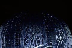 Vagn för ` s för nytt år som dekoreras med elektriska girlander av vit färg Royaltyfri Foto