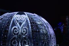 Vagn för ` s för nytt år som dekoreras med elektriska girlander av vit färg Arkivbild