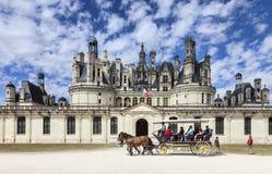 Vagn framme av den Chambord slotten Arkivbilder