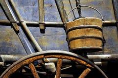 Vagn, hjul och hink Arkivbild