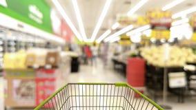 Vagn i suddig supermarket eller varuhus Royaltyfri Bild