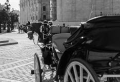 Vagn med den vita hästen i en fyrkant av Spanien arkivbild