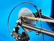 Vagn med det chain bakre hjulet av cykeln på flyttning Arkivbild