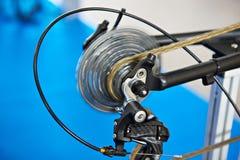 Vagn med det chain bakre hjulet av cykeln på flyttning Royaltyfria Bilder