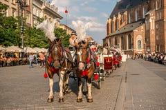 Vagn med hästar, lappade gator av Krakow Fotografering för Bildbyråer