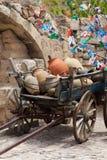 Vagn med lerakrukor i Cappadocia royaltyfri foto