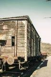 Vagn på en järnväg i lite järnvägsstation Arkivbild
