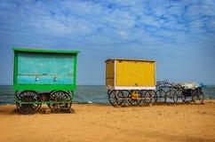 Vagn på stranden arkivfoto