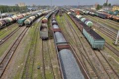 Vagnar av fraktdrev på den kommersiella järnvägen, St Petersbur royaltyfri foto