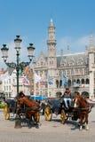 Vagnar med cabbies i Bruges Fotografering för Bildbyråer