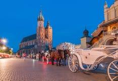 Vagnar på den huvudsakliga marknadsfyrkanten i Krakow Royaltyfri Fotografi