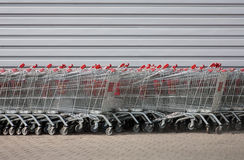 Vagnar på supermarketen Arkivfoton
