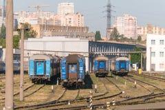 Vagnbussgarage, längsgående stödbjälke och stänger av järnvägen royaltyfri fotografi