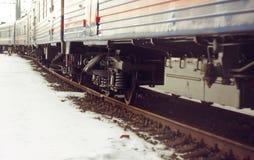 Vagndrev som står på stängerna, som täckas med rost royaltyfri fotografi
