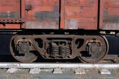 Vagnen av ett gammalt rostigt fraktdrev står på stängerna arkivbilder