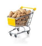 vagnen fyllde att shoppa för jordnötter Arkivfoto