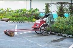 Vagnen på två rullar in trädgården Royaltyfria Foton