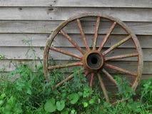Vagnhjul mot den gamla brädeväggen Royaltyfria Bilder