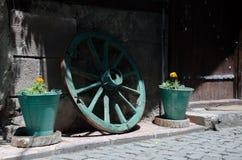 Vagnshjul och blomkrukor Arkivbilder