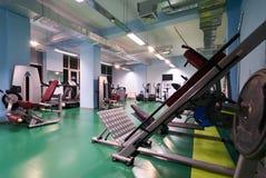 Vago della palestra di forma fisica per l'allenamento di forma fisica con l'attrezzatura di sport Immagini Stock Libere da Diritti