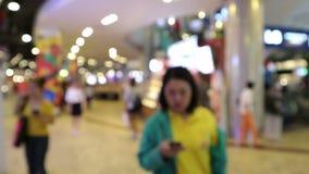 Vago, la gente camminanti e comperanti nel centro commerciale archivi video