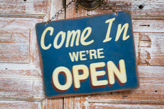 Vago prossimo in We& x27; ri apra sulla porta di legno, retro porcile d'annata Immagine Stock Libera da Diritti
