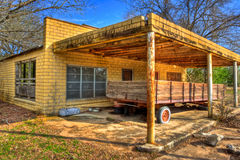 Vagone abbandonato parcheggiato alla stazione di servizio abbandonata Fotografia Stock Libera da Diritti