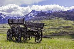 Vagone abbandonato vicino a Rocky Mountains Immagini Stock Libere da Diritti