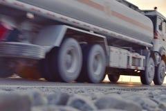 Vagone cisterna che guida sulla strada principale Fotografia Stock Libera da Diritti