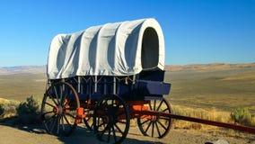 Vagone coperto del pioniere lungo la traccia dell'Oregon immagine stock